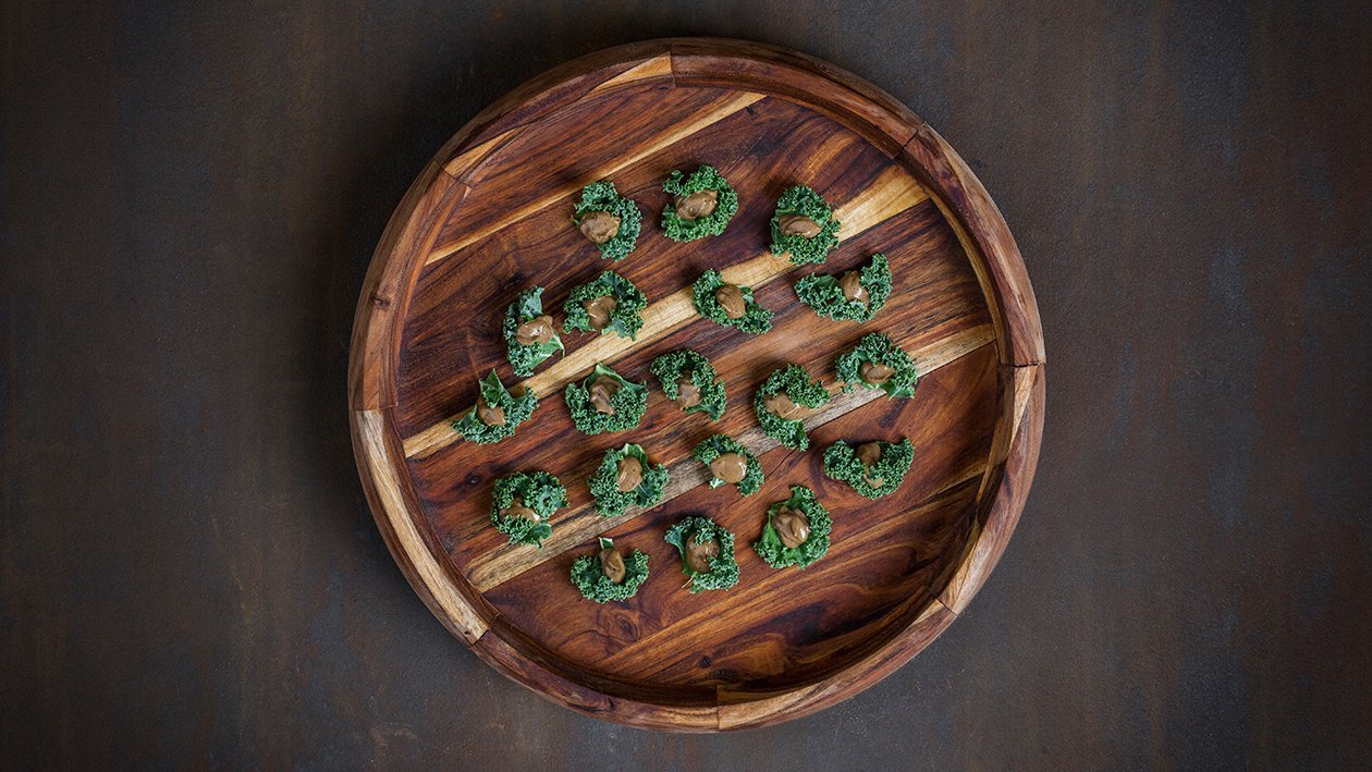 Svart vitlöksmajonnäs med grönkål