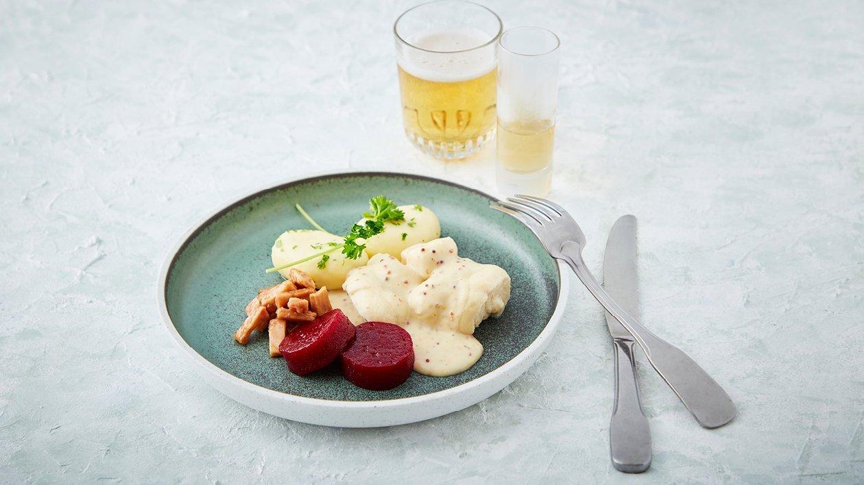 Torskfilé med potatis, rödbetor, bacontärningar och senapskräm