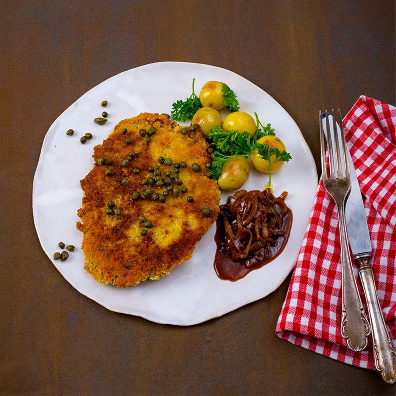 Vegetarisk Schnitzel med kapris, stekt kulpotatis, löksky och friterad persilja
