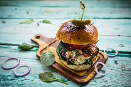 Baharatlı Kuzu Burger, Mozzerella Peyniri ve Körpe Ispanak ile