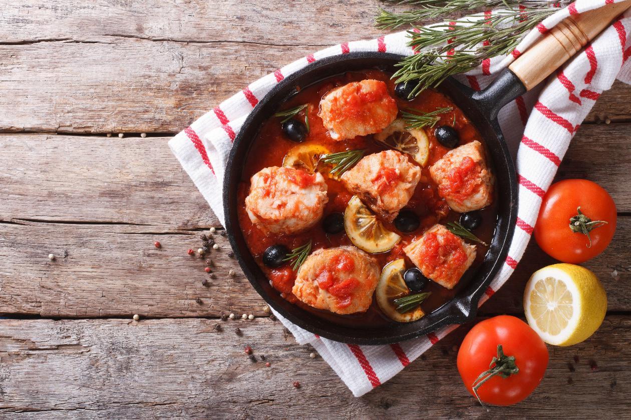 Akdeniz Usulü Zeytinli ve Domatesli Sinarit Balığı Yahnisi