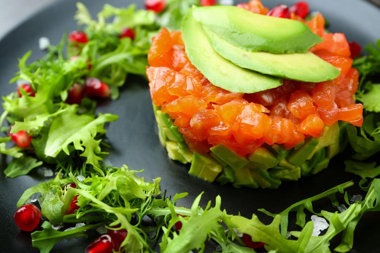 Avakadolu Somon Tartar, Narlı Mizuna Yeşilliği Salatası İle