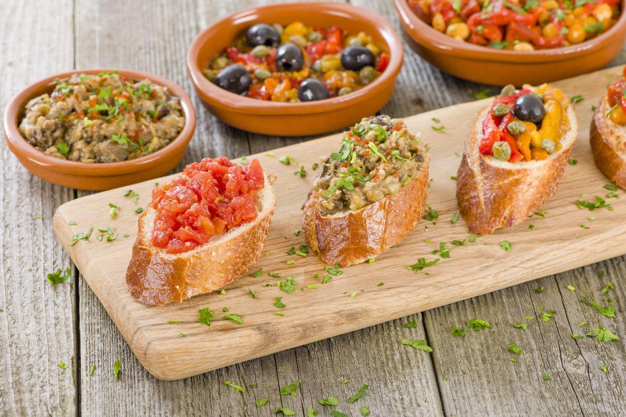 Baget Ekmeği Dilimleri Üzerinde 3 Farklı Tapas, Sarımsaklı Domates, Közlenmiş Patlıcan ve Zeytinli Fırınlanmış Biberler İle