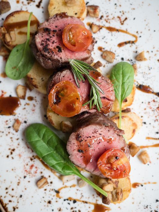 BBQ'de Bütün Bonfile, Rozet Patates, Ayıköşkü Mantarı, Taze Ispanak Yaprakları ve Demi Glace Sos ile