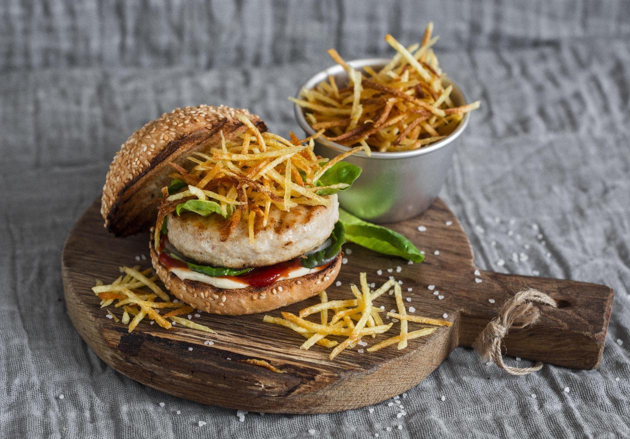 BBQ Soslu Hindi Burger, Mozzerella Peyniri ve Kibrit Patates Kızartması ile