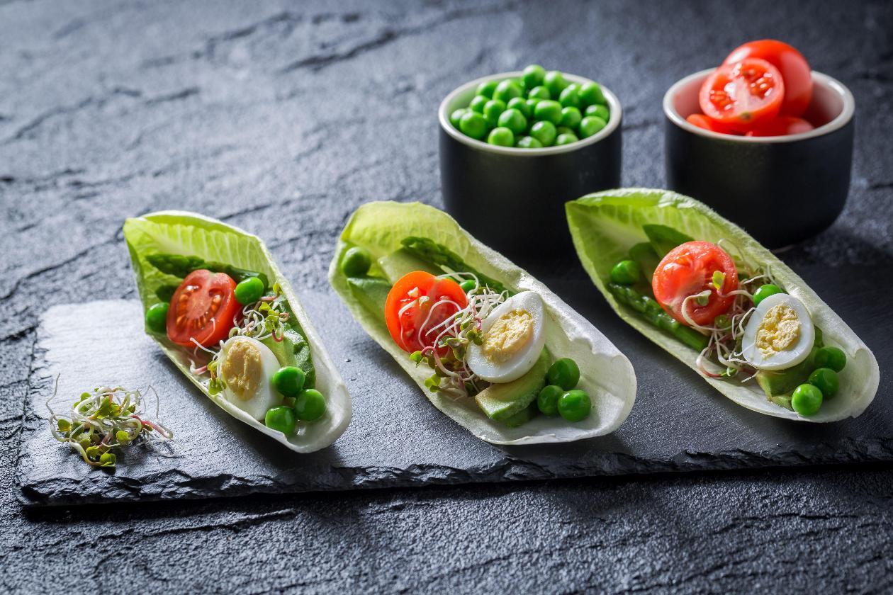 Beyaz Hindiba Yaprakları İçerisinde, Bıldırcın Yumurtalı ve Avokadolu Salata, Filizler ile