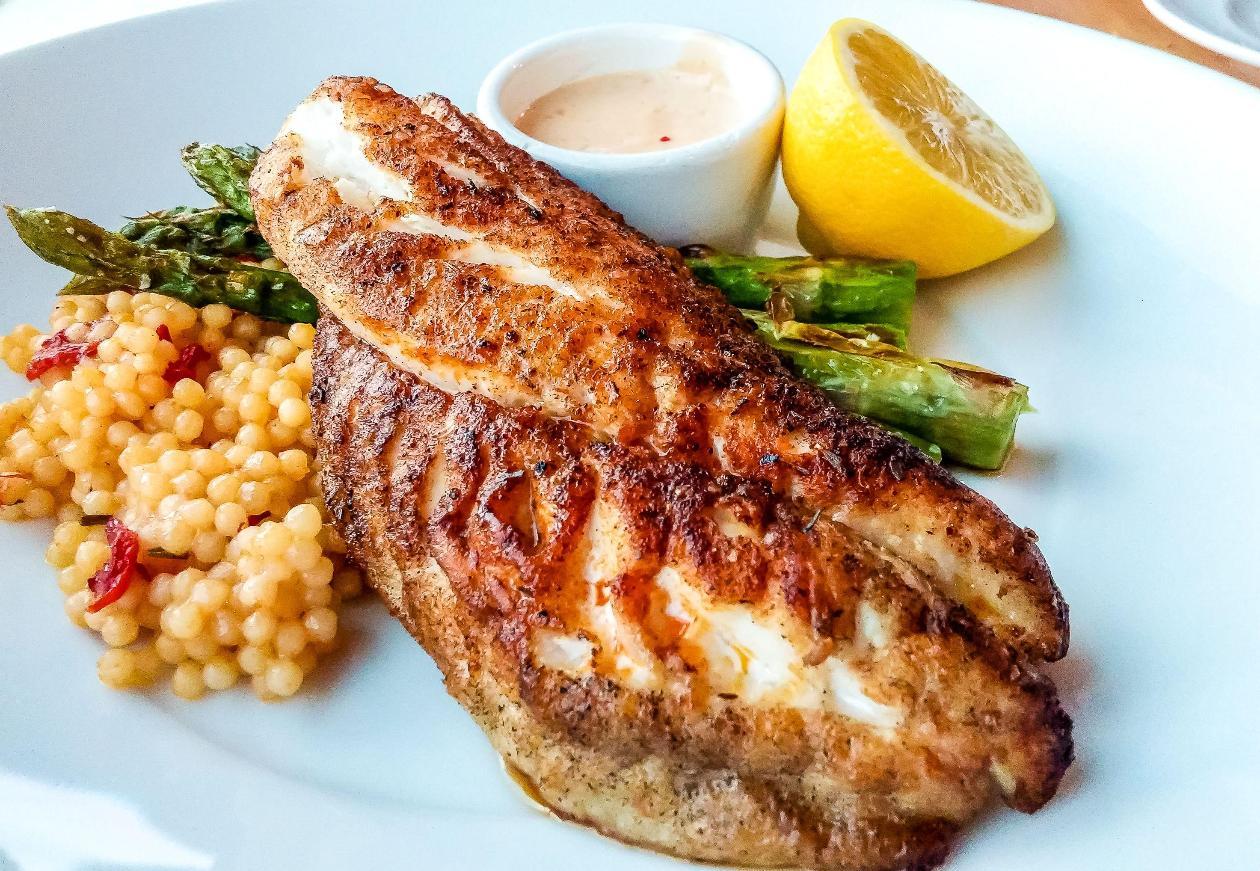 Dülger Balığı Fileto, Kuşkonmaz, Kuskus ve Sarımsaklı-limonlu Dip Sos ile