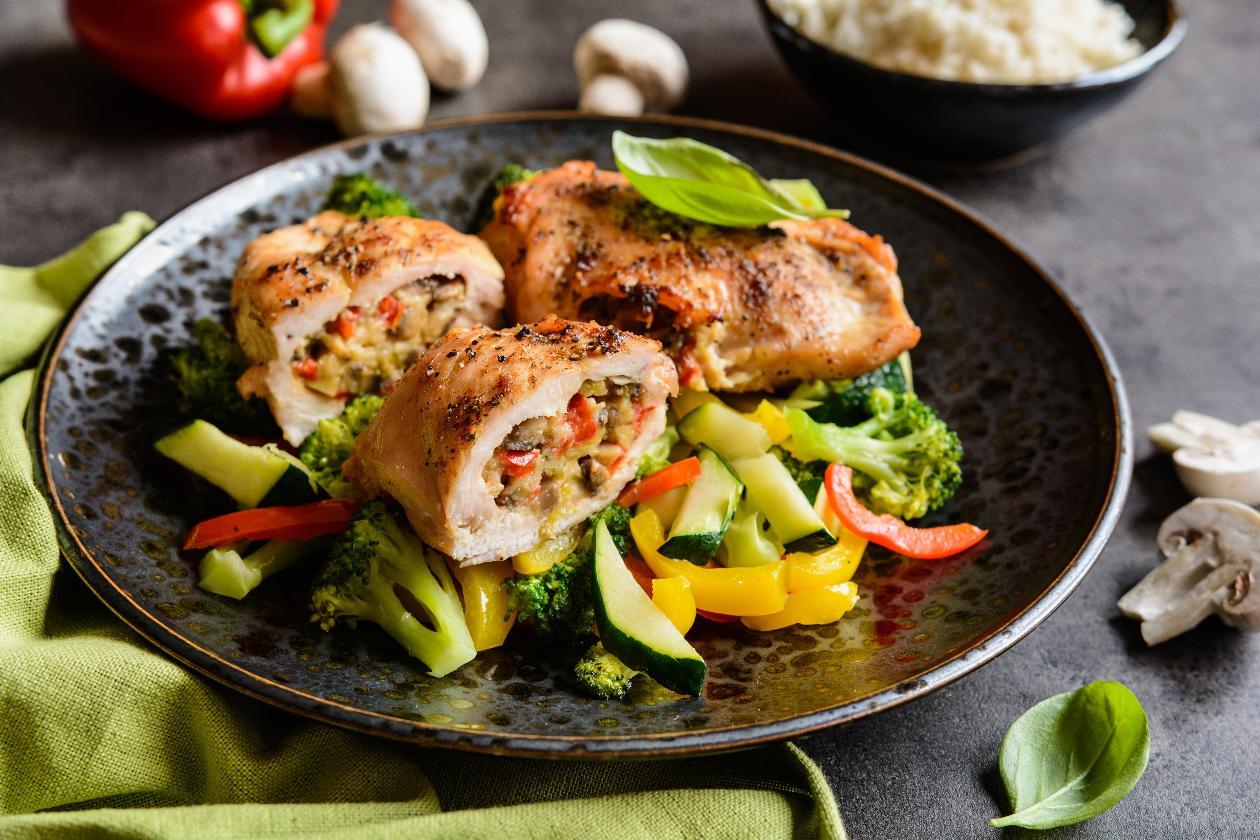 Fırında Mantar, Taze soğan, Biberler ve Koyun Peyniri ile Doldurulmuş Tavuk Göğsü, Buharda Pişirilmiş Sebzeler ile