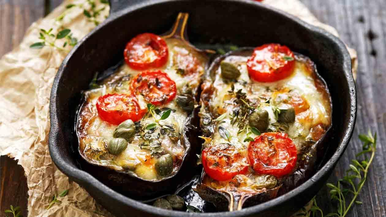 Fırınlanmış Sebzeli Patlıcan Dolması, Mozzerella Peyniri ve Aromatik Baharatlar ile