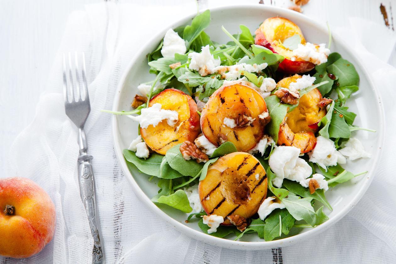 Izgara Şeftalili Yaz Salatası, Burrata Peyniri, Ceviz, Nar Ekşisi ve Roka Yaprakları ile