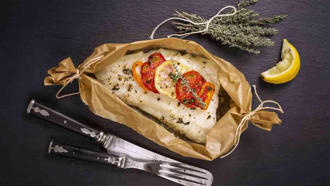 Kağıtta Levrek Filetosu, Izgara Bahçe Sebzeleri ve Hellim Peyniri Şiş ile