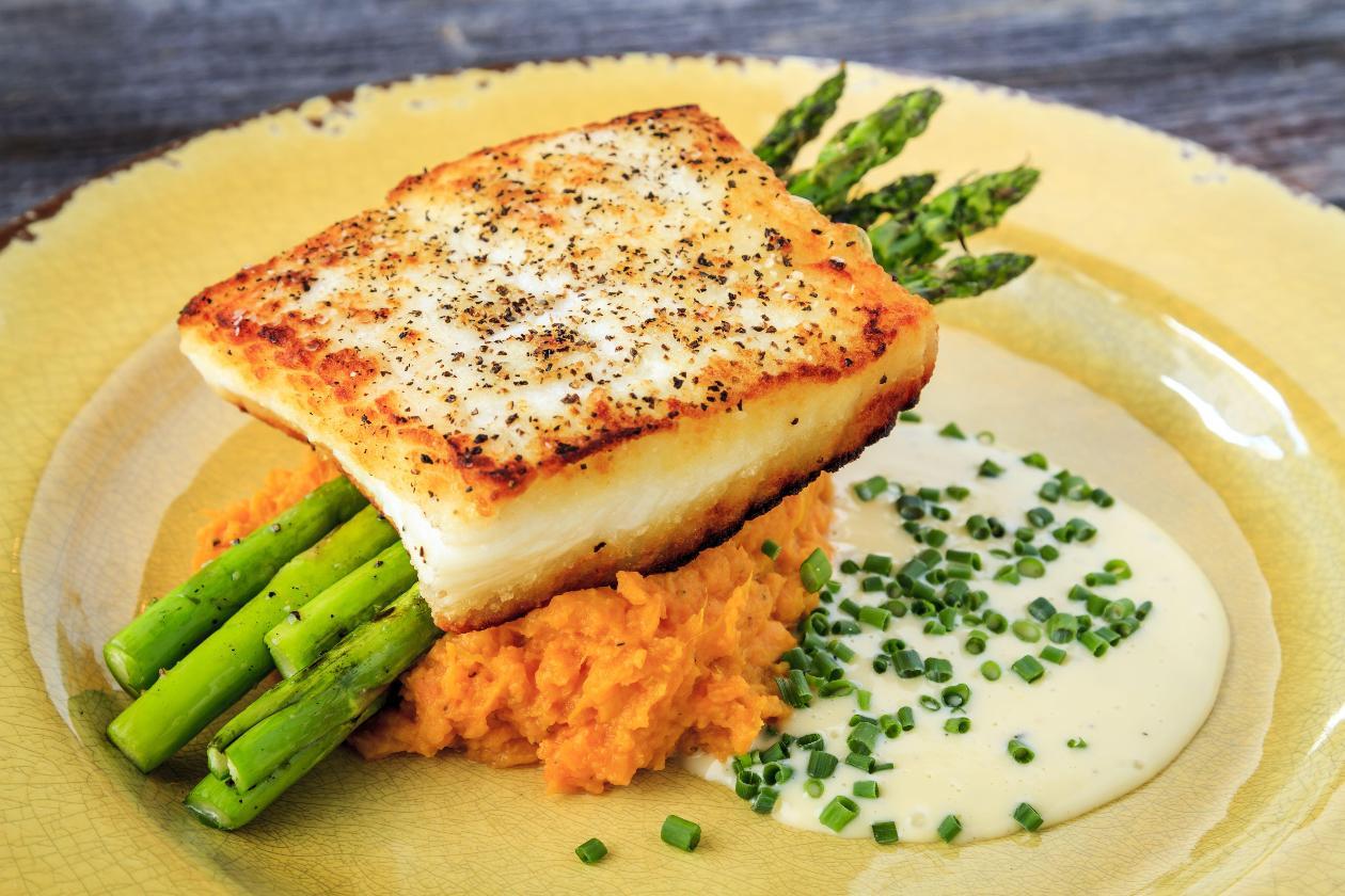 Kalkan Balığı Tava, Karamelize Havuçlu Patates Püresi, Izgara Yeşil Kuşkonmaz, Limon-Tereyağı Sos ve Frenk Soğanı İle