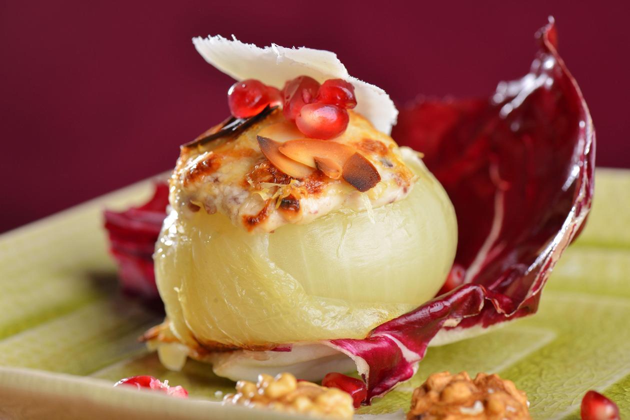 Keçi Peynirli Soğan Dolması, Ceviz, Nar Taneleri ve Kırmızı Hindiba ile