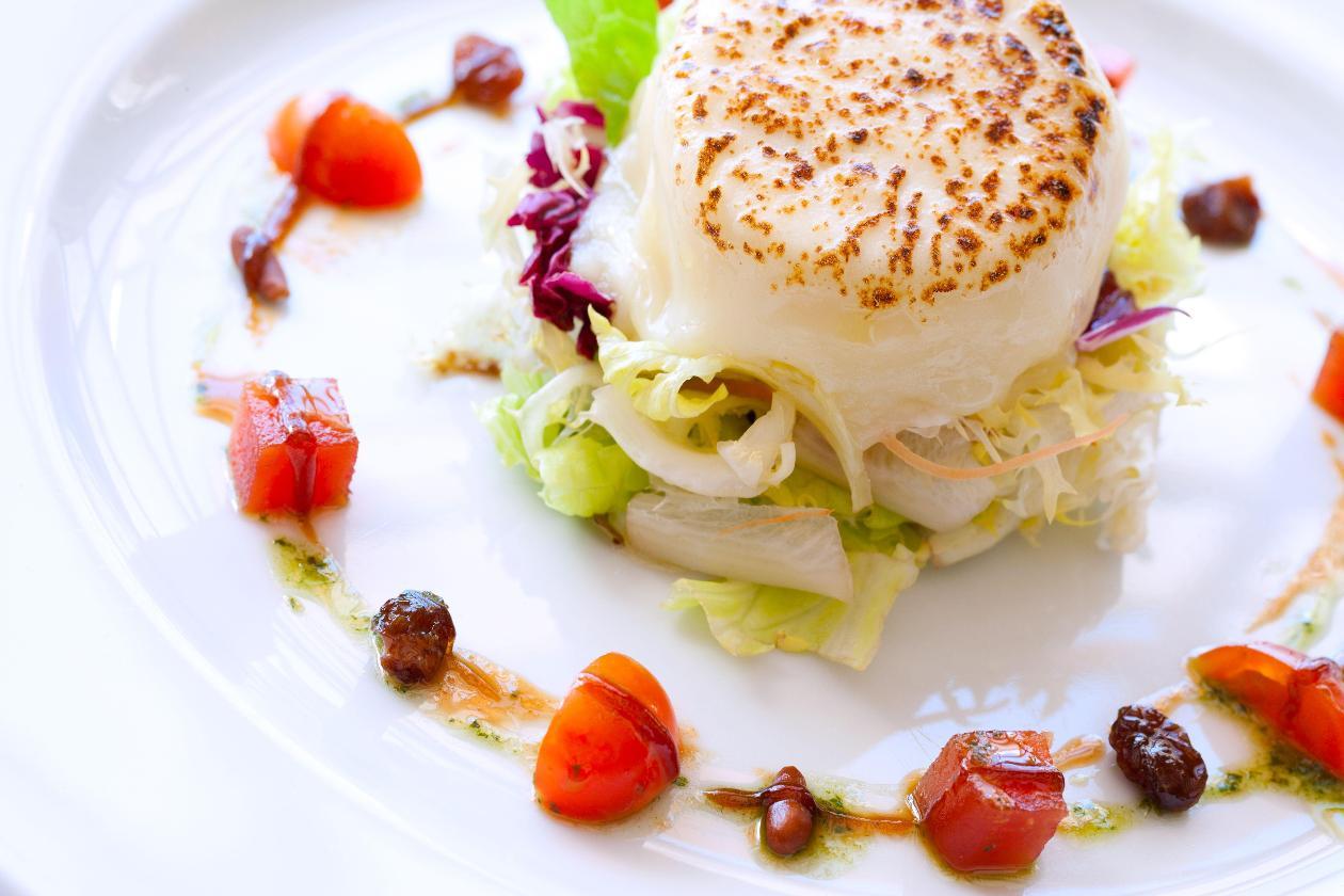 Kızartılmış Keçi Peyniri Salatası, Gevrek Bahçe Yeşillikleri, Sultaniye Üzüm, Çam Fıstığı, Nar Ekşisi ve Pesto Sos ile