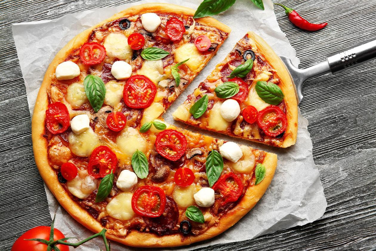 Mantar, Sucuk, Domates Ve Mozzerella Peynirli Pizza, Fesleğen Yaprakları İle