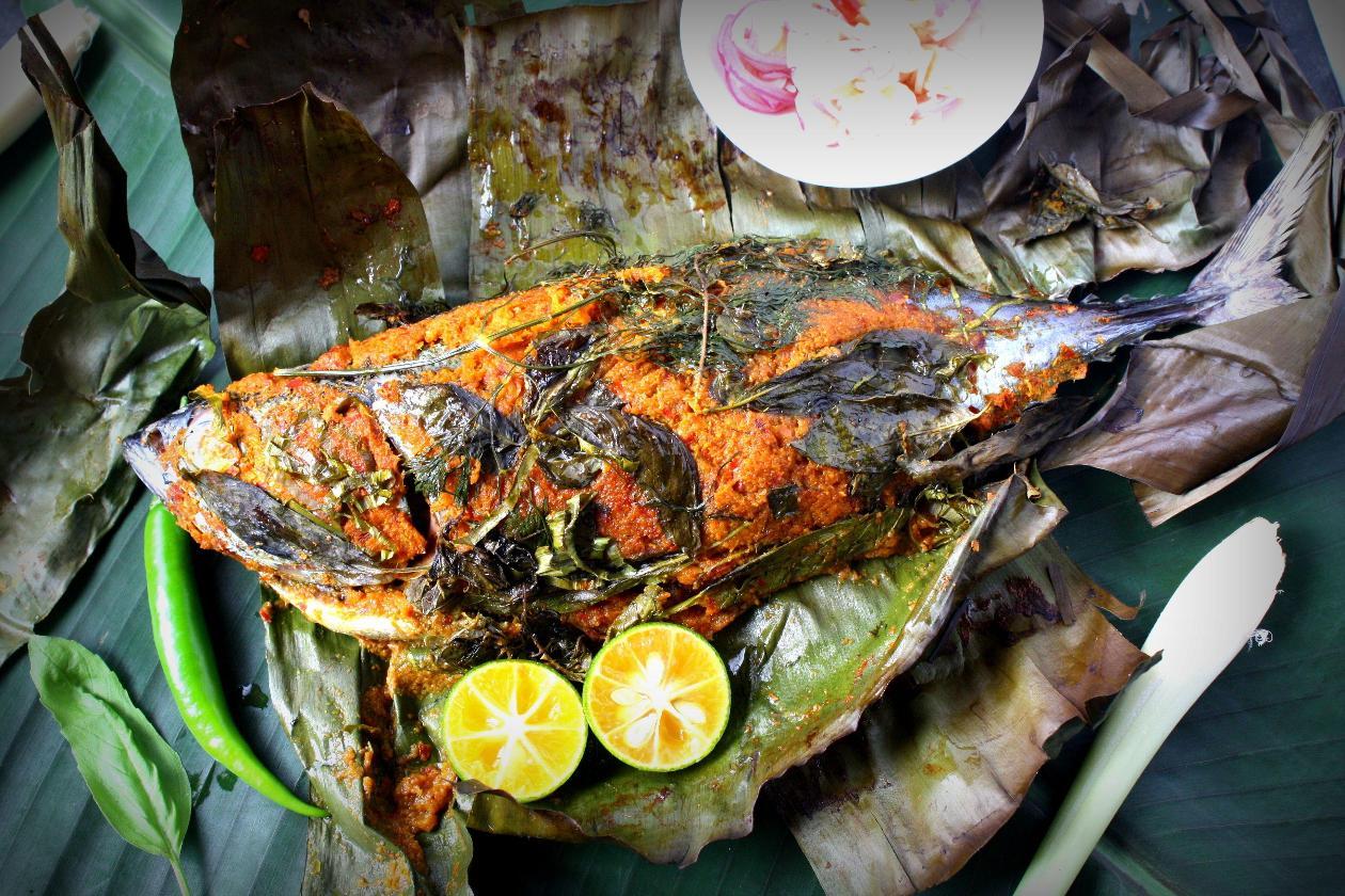 Muz Yaprağına Sarılı Izgara Bütün Balık, Baharatlar ve Misket Limonu ile