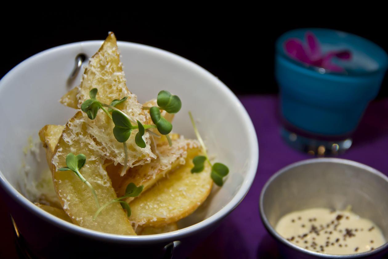 Parmesan Peynirli Elma Dilimi Patatesler, Trüf Esanslı Ve  Fırınlanmış Sarımsaklı Mayonez Dip ile
