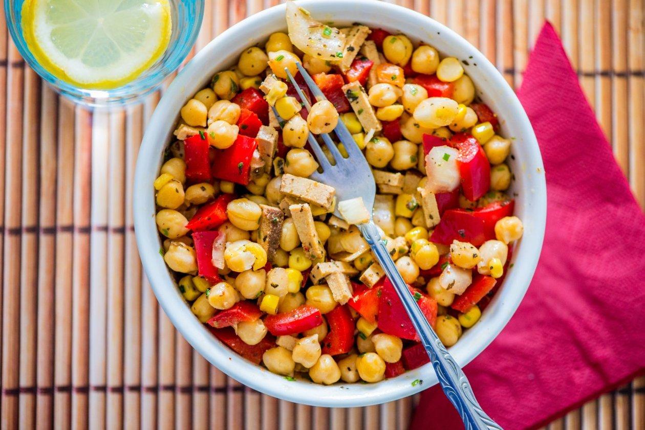 Tavuklu Nohut Salatası, Taze Kişniş Ve Fırınlanmış Biberler İle