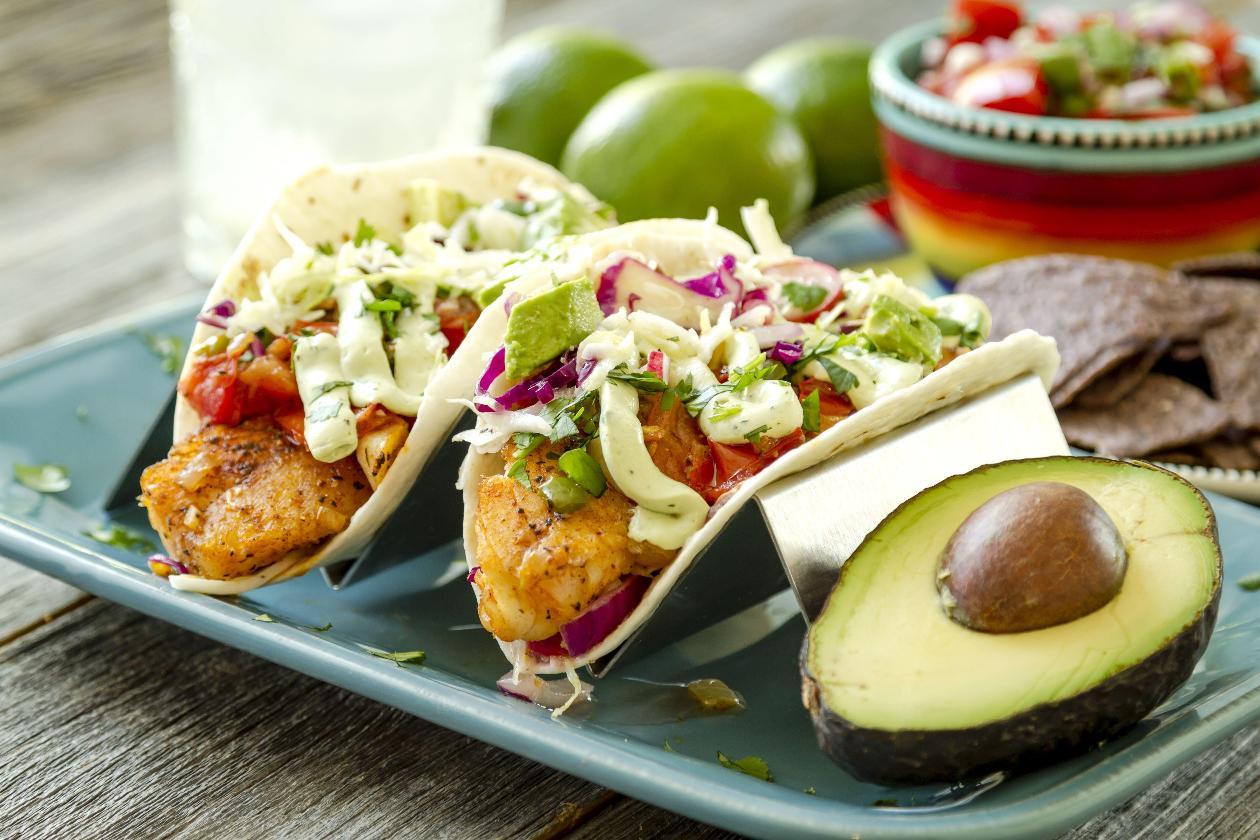 Taze Coleslaw Salatalı Balık Taco, Salsa, Misket Limonlu Ekşi Krema ve Avakado ile