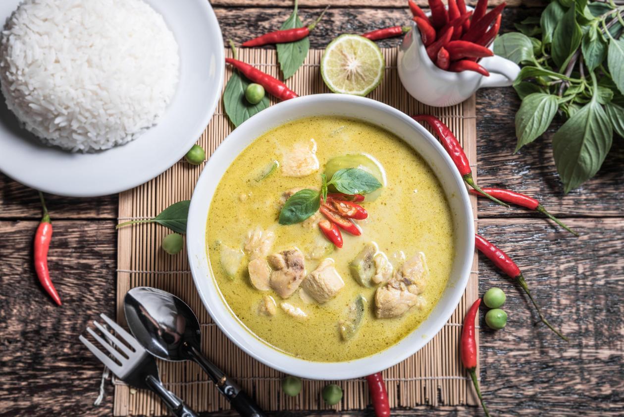 "Yeşil Tavuk ""Curry"", Buharda Pişmiş Pirinç ve Misket Limonu İle"