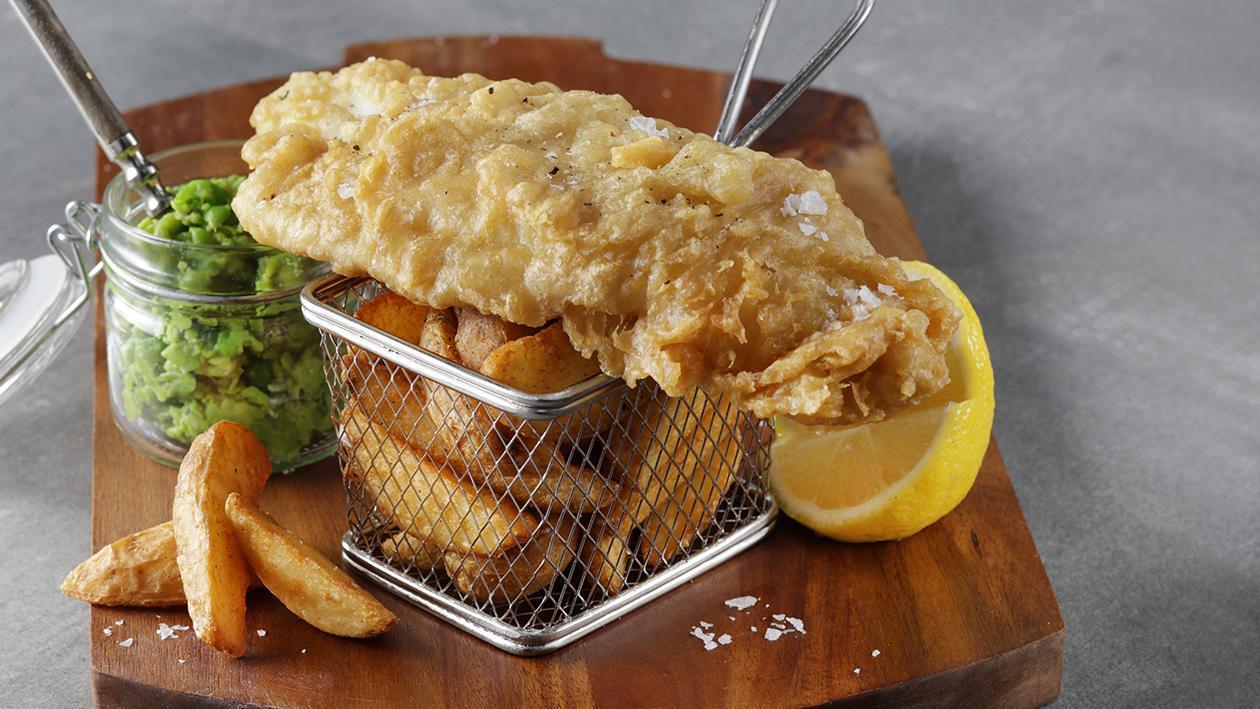 بر طانوی انداز کی مچھلی اور چپس منٹڈ مٹر کے ساتھ