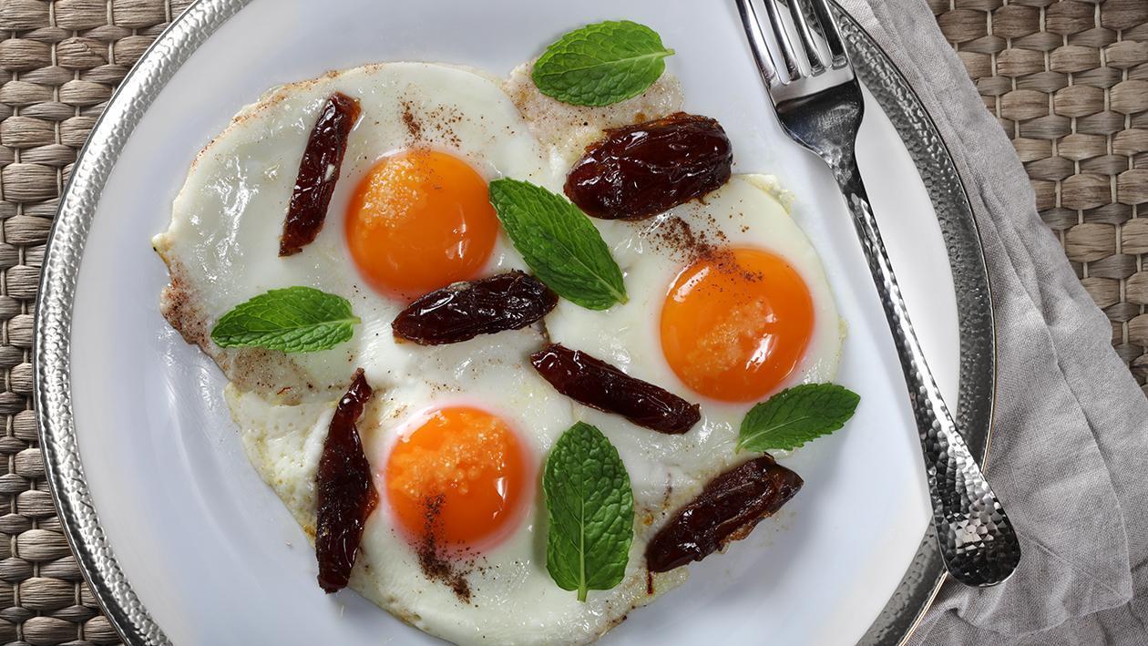 تلے ہوئے انڈے اور کھجور