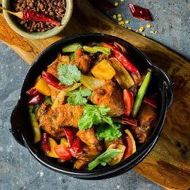 香锅炸鸡配当季蔬菜和香料酱