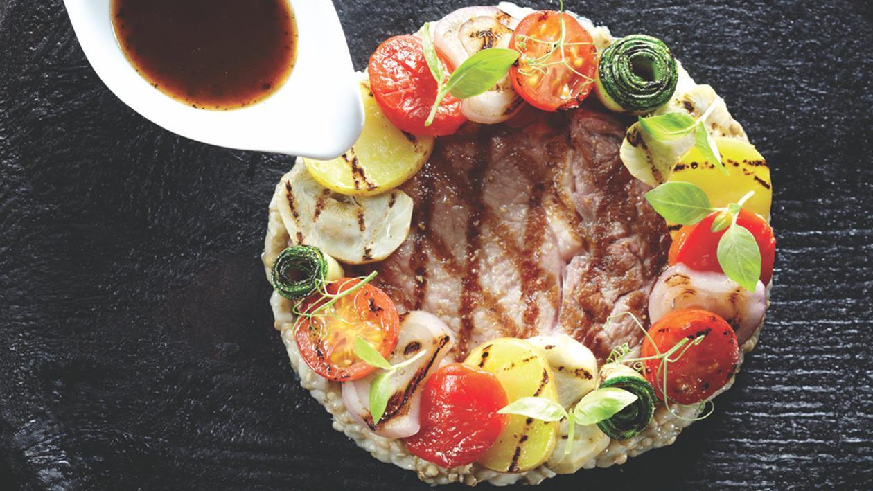 小牛肉肋眼配烤蔬菜和黑蒜酱