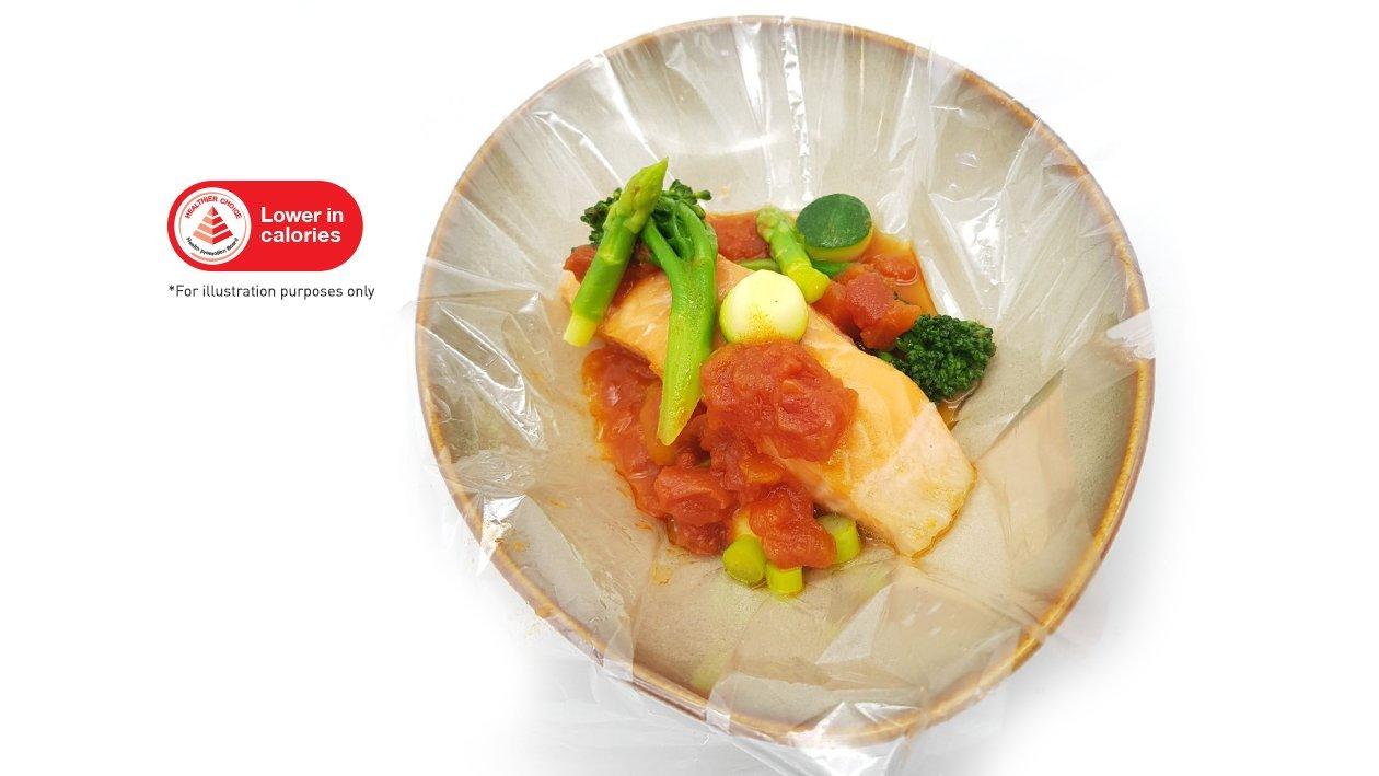 慢煮三文鱼配香草番茄酱和混合蔬菜