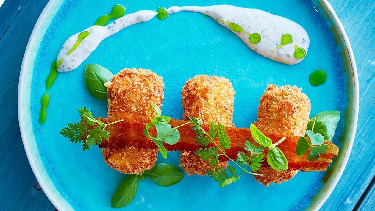 法式炸马铃薯饼配火腿和马苏里拉奶酪