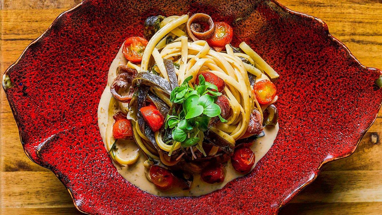 炒意大利宽面配昆布、凤尾鱼和紫菜奶油酱