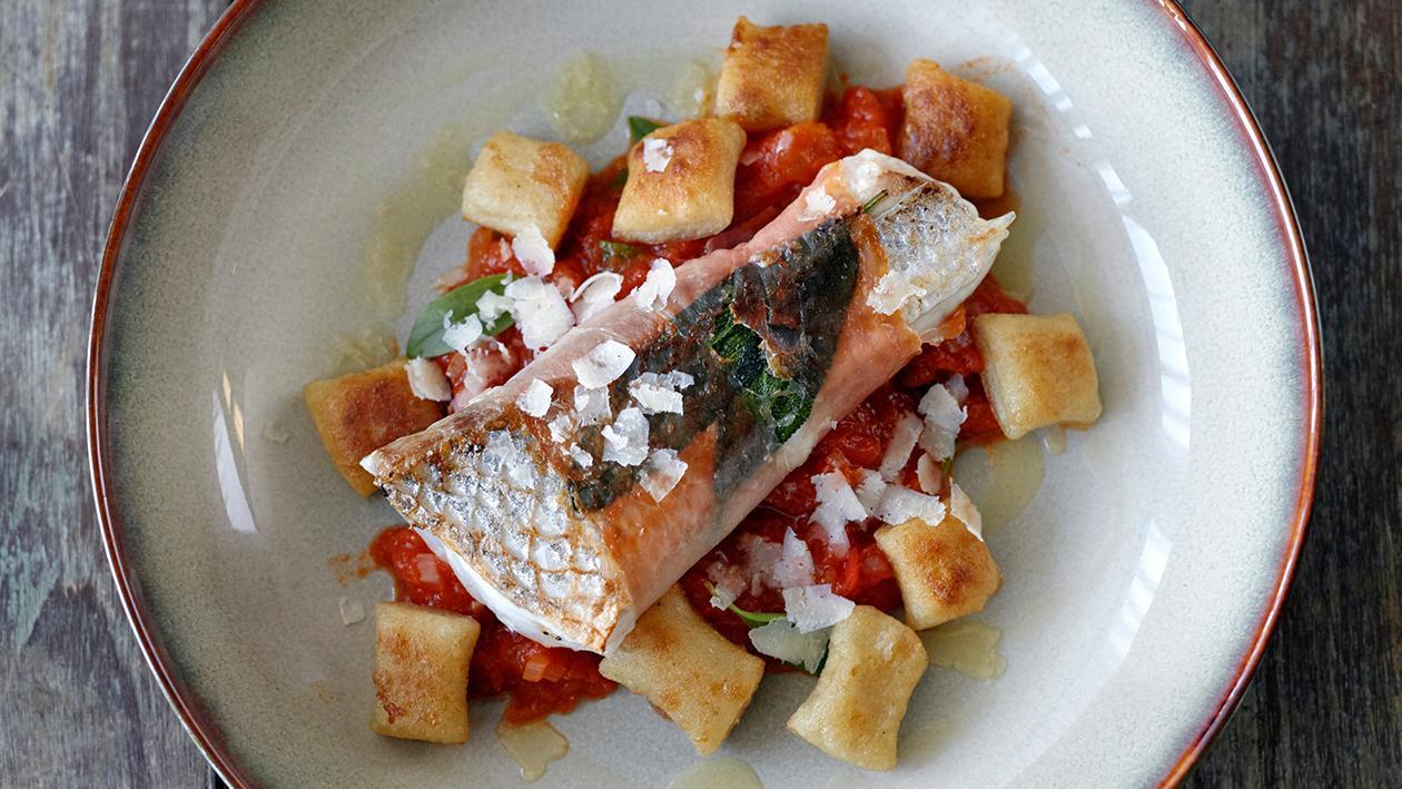 煎海鲈鱼火腿卷配马铃薯意大利面团子