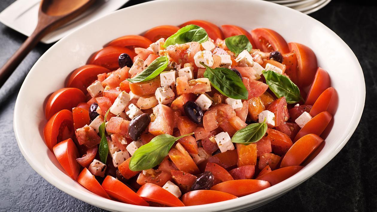 番茄和羊乳酪沙拉配罗勒油醋汁