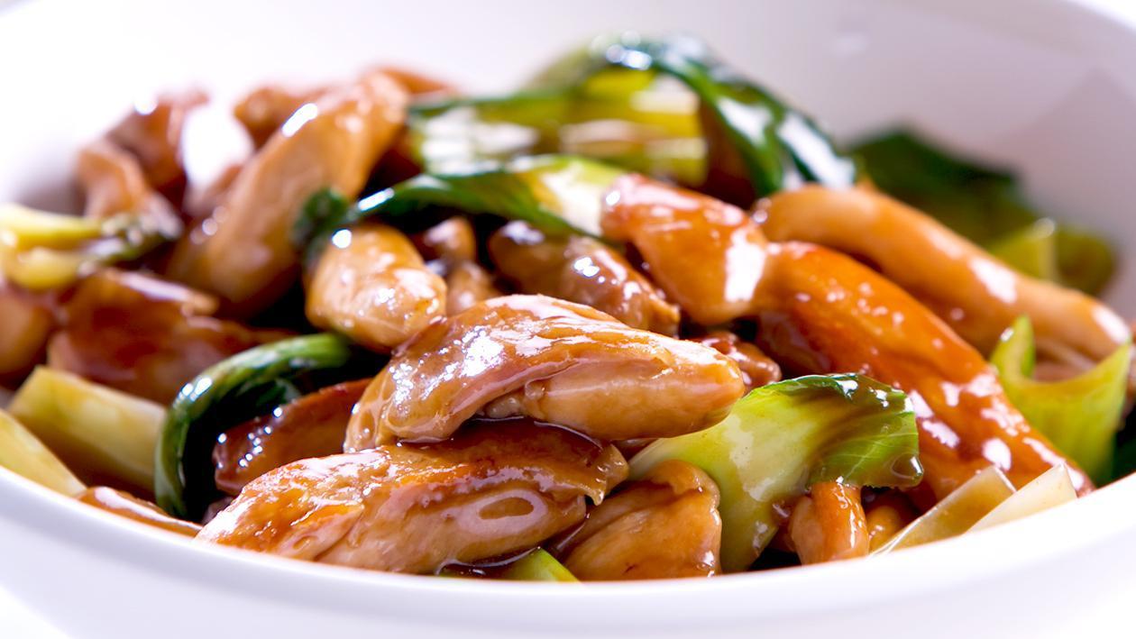蜜汁酱炒鸡肉配亚洲蔬菜