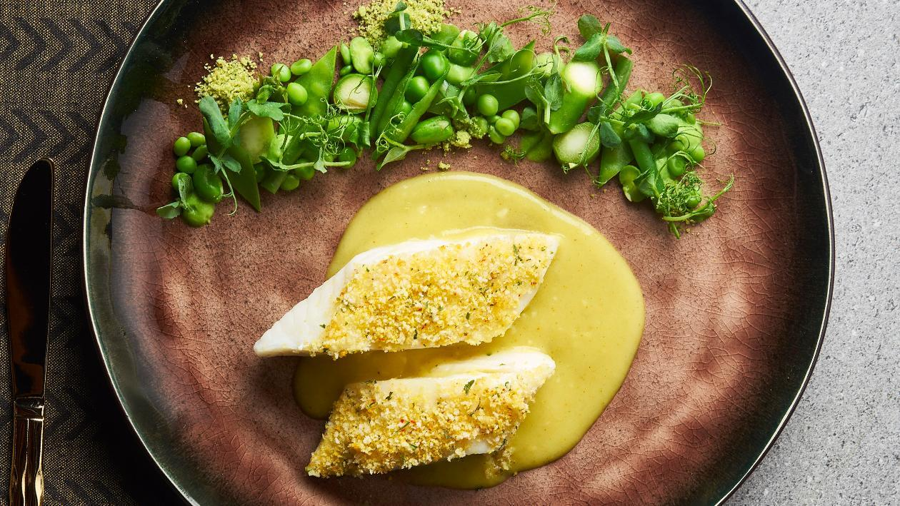 香椰脆皮烤智利海鲈鱼配沙拉与东南亚风味香料奶油酱