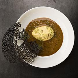 南法岩魚湯佐蕃紅花鮮奶油及墨魚汁脆蕎麥餅