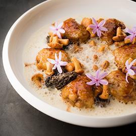 慢煮雞翅鑲香草肉餡佐野蕈、燻洋蔥及紫花酢漿草泡沫