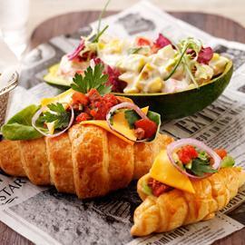 法式洋蔥牛肉起司可頌搭酪梨蕃茄沙拉