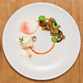 68°C低溫水煮蛋配秋季蘑菇與青豆泥、榛子及西班牙臘腸佐培根起司蛋黃醬及燻鹽