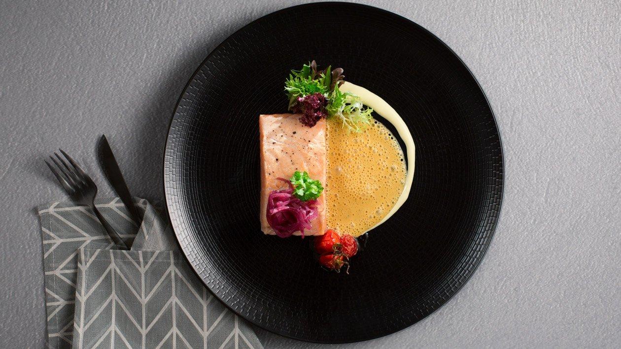 低溫水煮鮭魚附紅酒醋漬洋蔥佐雙醬汁