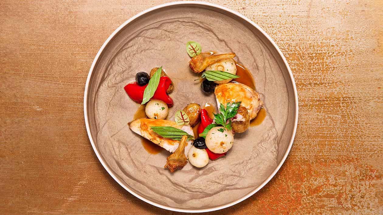 低溫燉煮雞肉佐百里香風味濃肉汁.附初榨橄欖油慢煮甜椒、洋蔥、黑橄欖及馬鈴薯