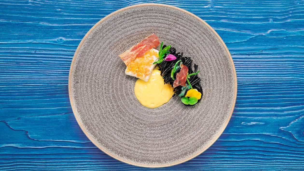 初榨橄欖油嫩煎海鱸魚菲利裹馬鈴薯與玉米脆片.佐番紅花奶油培根蛋黃慕斯配羊奶起司節瓜墨魚麵