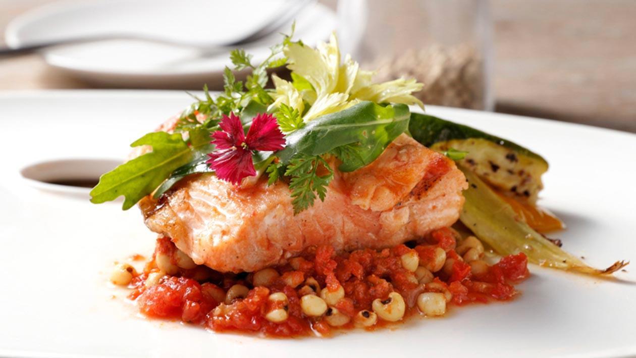 地中海烤鮭魚排佐拿坡里茄醬燉薏仁