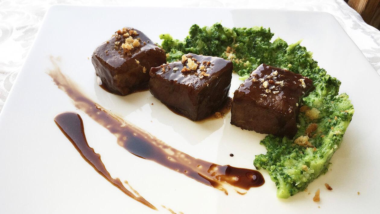 慢煮義大利松板肉配花椰菜泥佐紅酒巧克力醬
