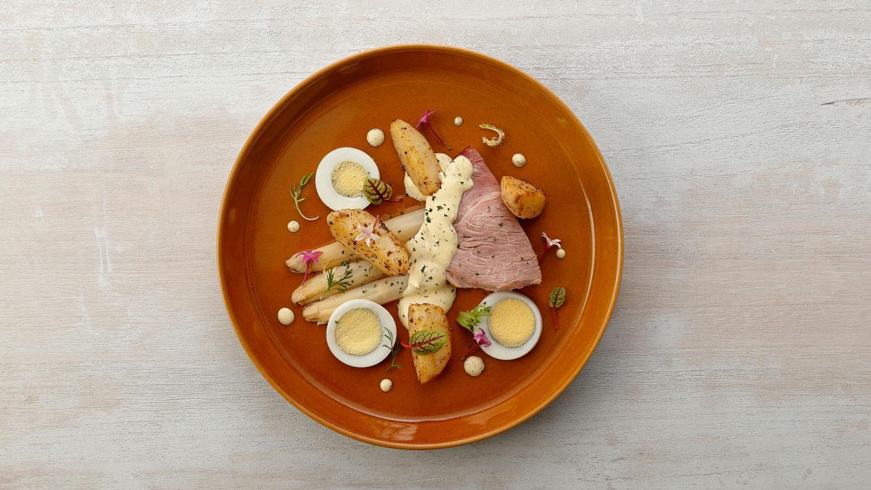 水煮蛋燻火腿蘆筍及迷你小馬鈴薯佐伯納西醬汁