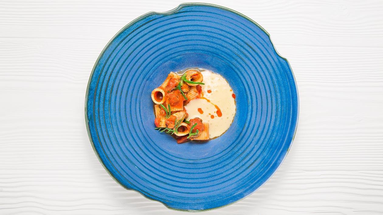 淡菜及黑橄欖短管義大利麵佐羅馬蕃茄醬汁