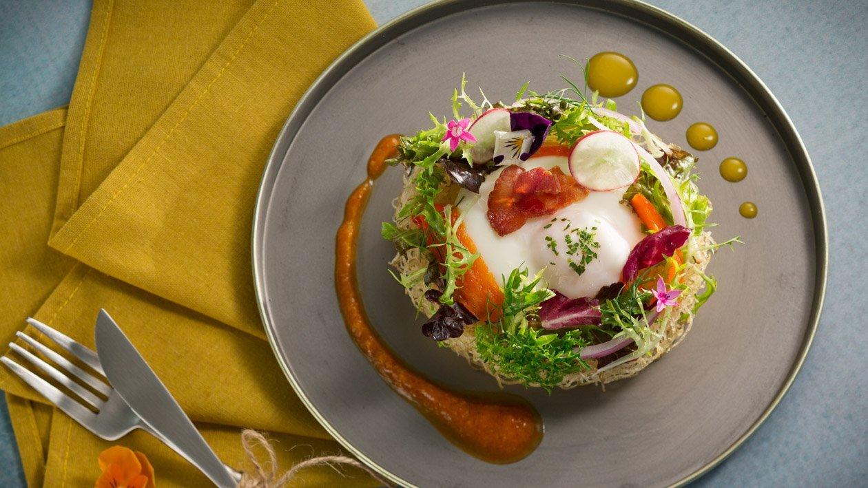 瑞典酥脆馬鈴薯、蛋、生菜沙拉佐脆培根及雙醬汁