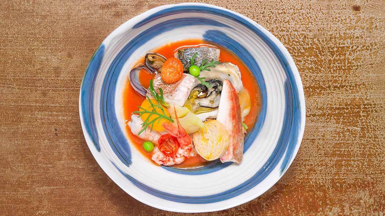 番紅花龍蝦風味低溫烹調海鱸魚湯佐炸麵包丁