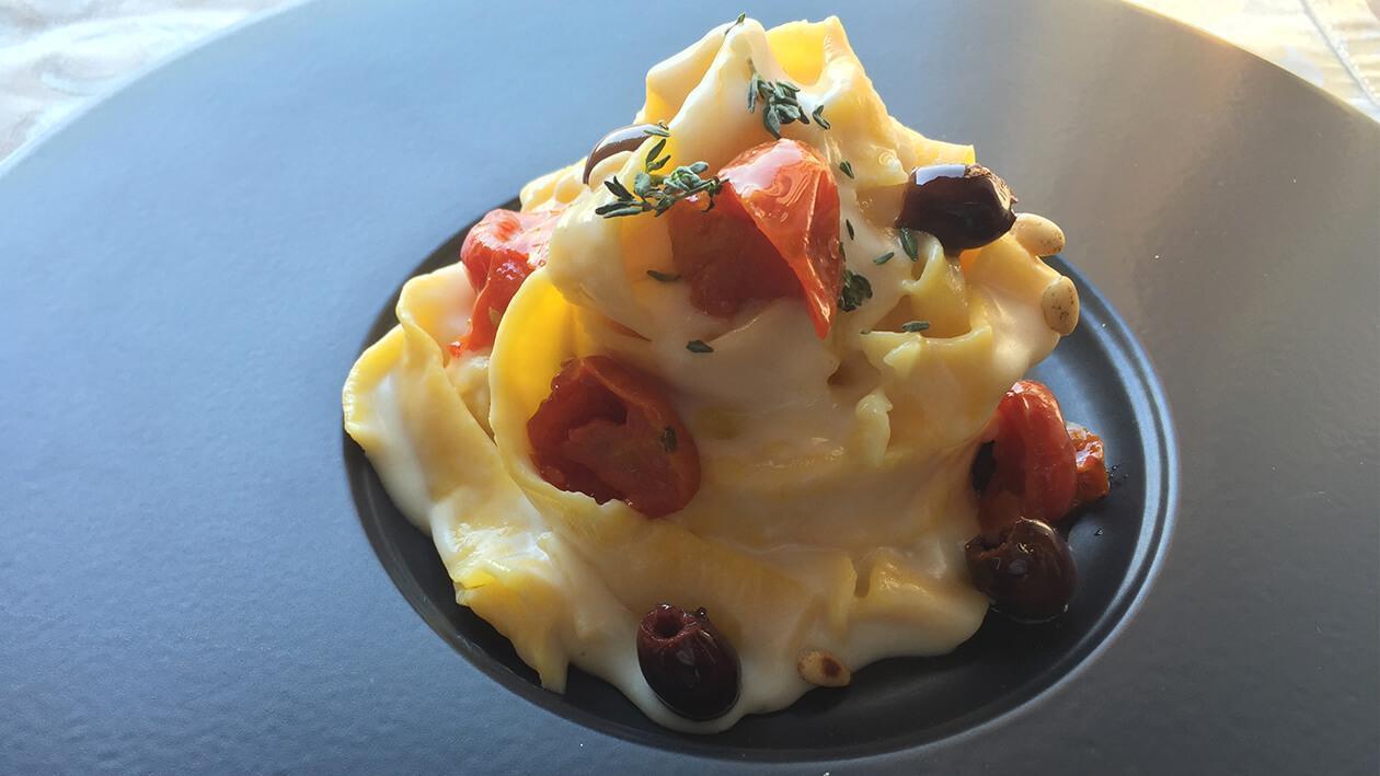 維琴蒂納式白汁鱈魚寬麵配松子、塔加斯卡橄欖及油漬蕃茄