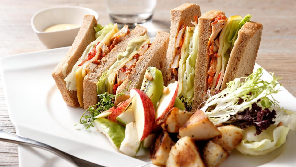 蕃茄烤雞三明治搭優格水果沙拉